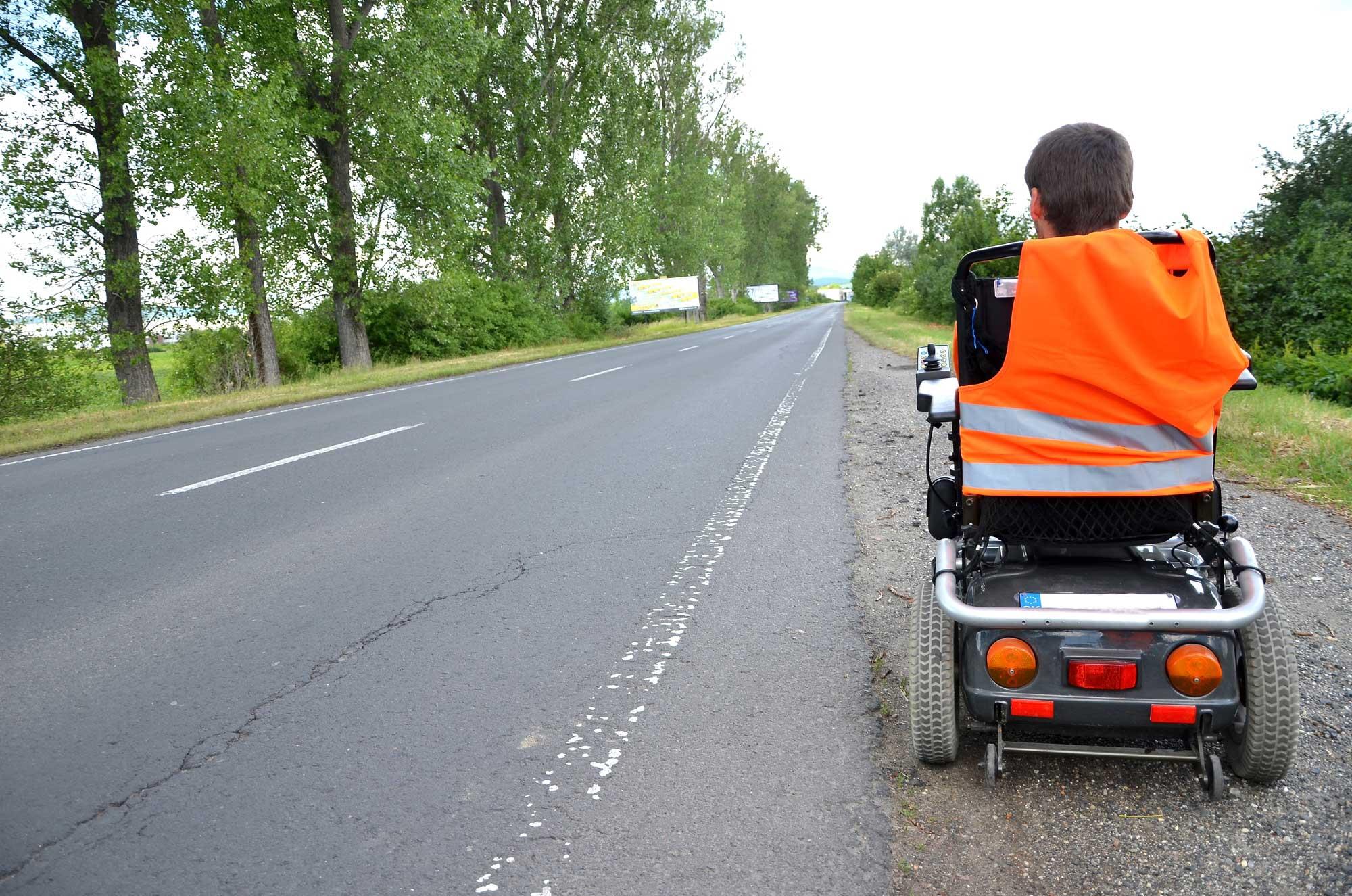 Rollstuhl an Strasse